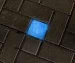 10-10er Betonsteindesign Leuchtstein in amparo-blau bei Nacht.