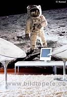 MAN ON THE MOON, Buzz Aldrin beim Mondspaziergang im Wohnbereich - bei Klick vergrößerte Darstellung