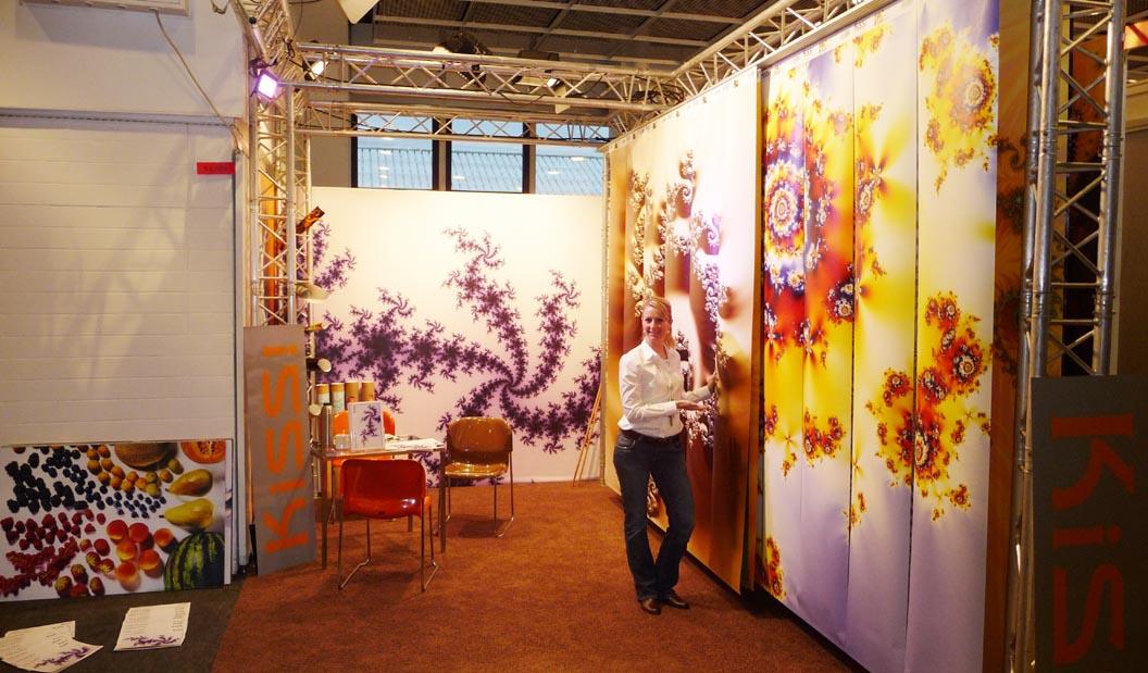Die Motive Psycho Chill, Material Hurricane und Flower Squirl in voller Größe, Ausstellung Heimtex