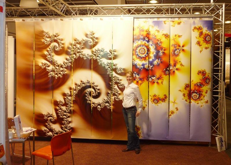 22 Motive der Crazy Collection auf Schienensystem präsentiert auf der Weltleitmesse für Tapeten