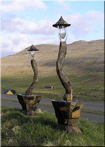 Zwei Lichter auf einem färöischen Hügel