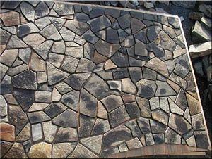 Basaltmosaik-Kunst in der Ebene. Vorstufe zum Føroyar Light